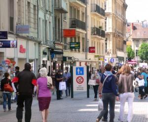 Rues piétonnes du centre ville, à deux pas des Appartements de la Villa République.